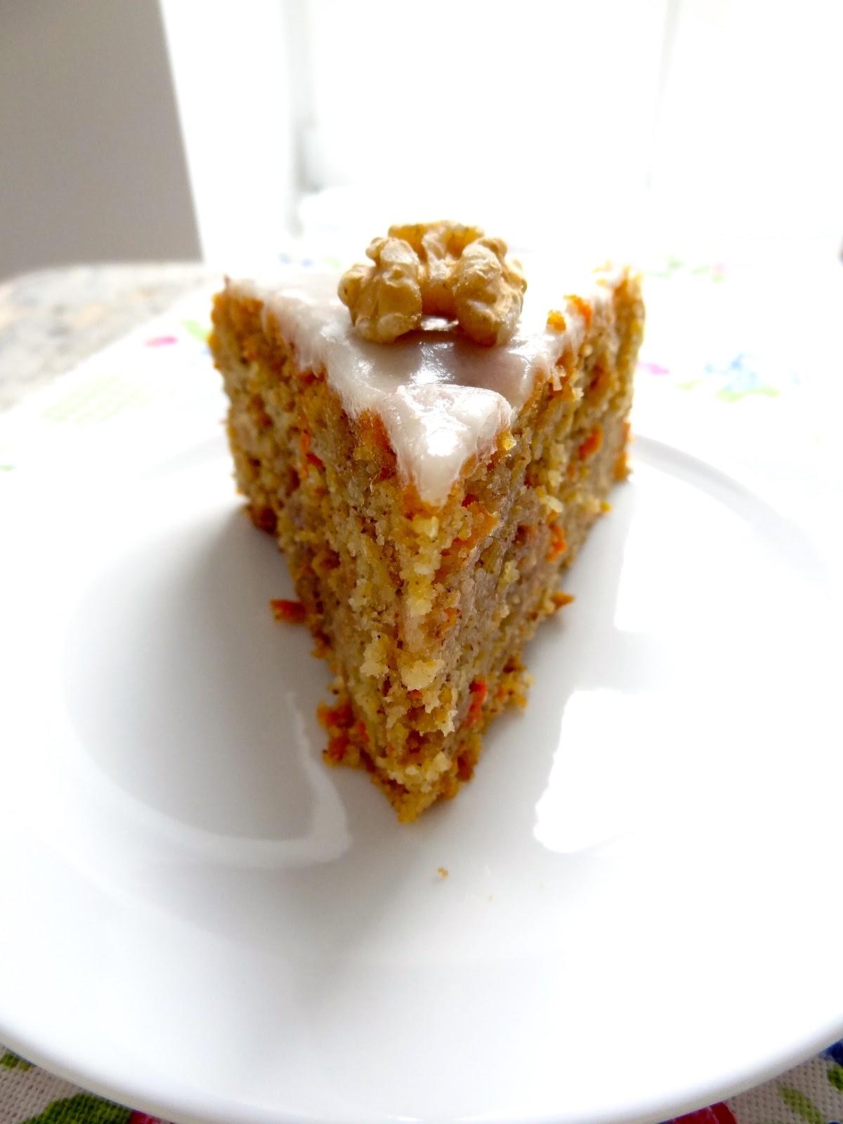 Apfel Karotten Kuchen Mit Kandierten Walnussen Und Honig Glasur
